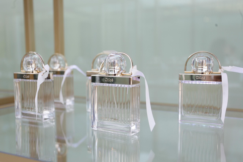 Love Story, de Chloé. Imagen del perfume en la presentación.