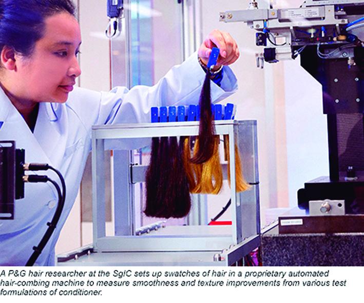 Una investigadora de P&G testa varias fórmulas de acondicionador en el SGIC.