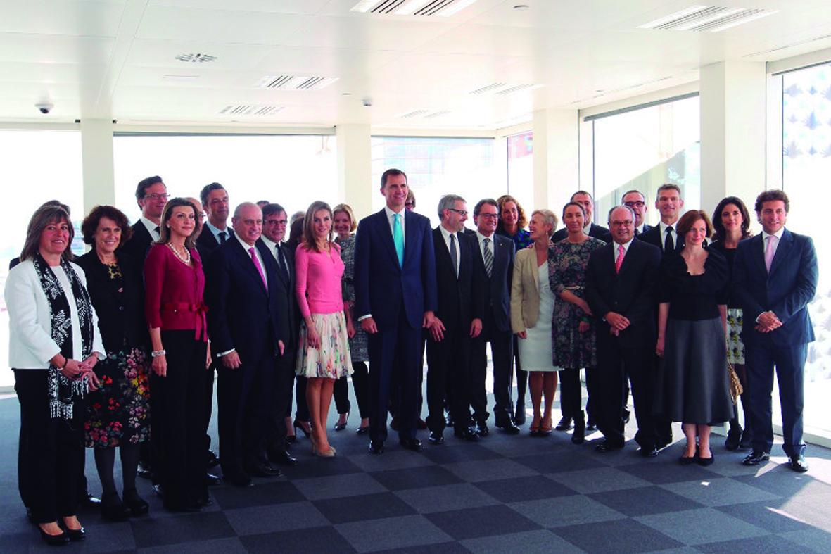 Los Príncipes de Asturias con la familia Puig y autoridades locales presentes en la inaguración de la nueva sede de Puig.
