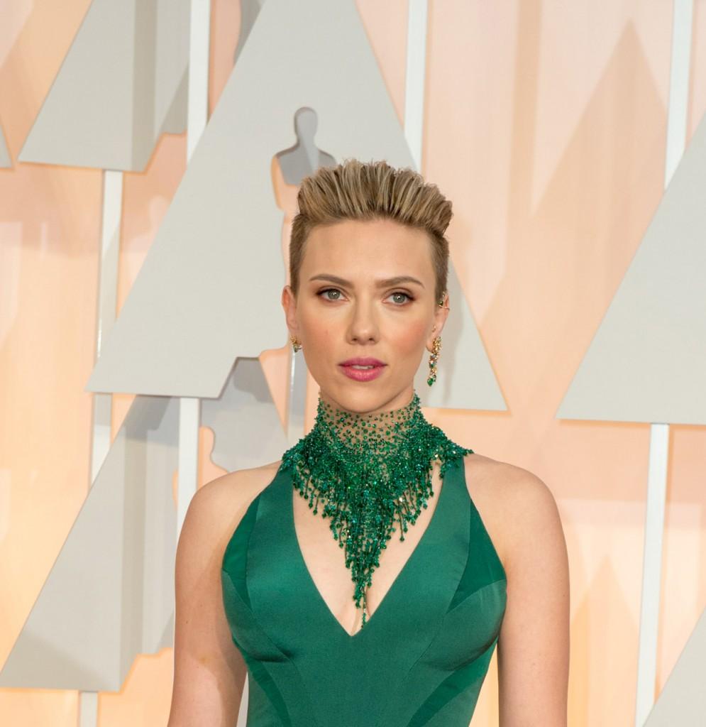 Scarlett Johansson radiante en los Óscar, con maquillaje de Dolce & Gabbana.