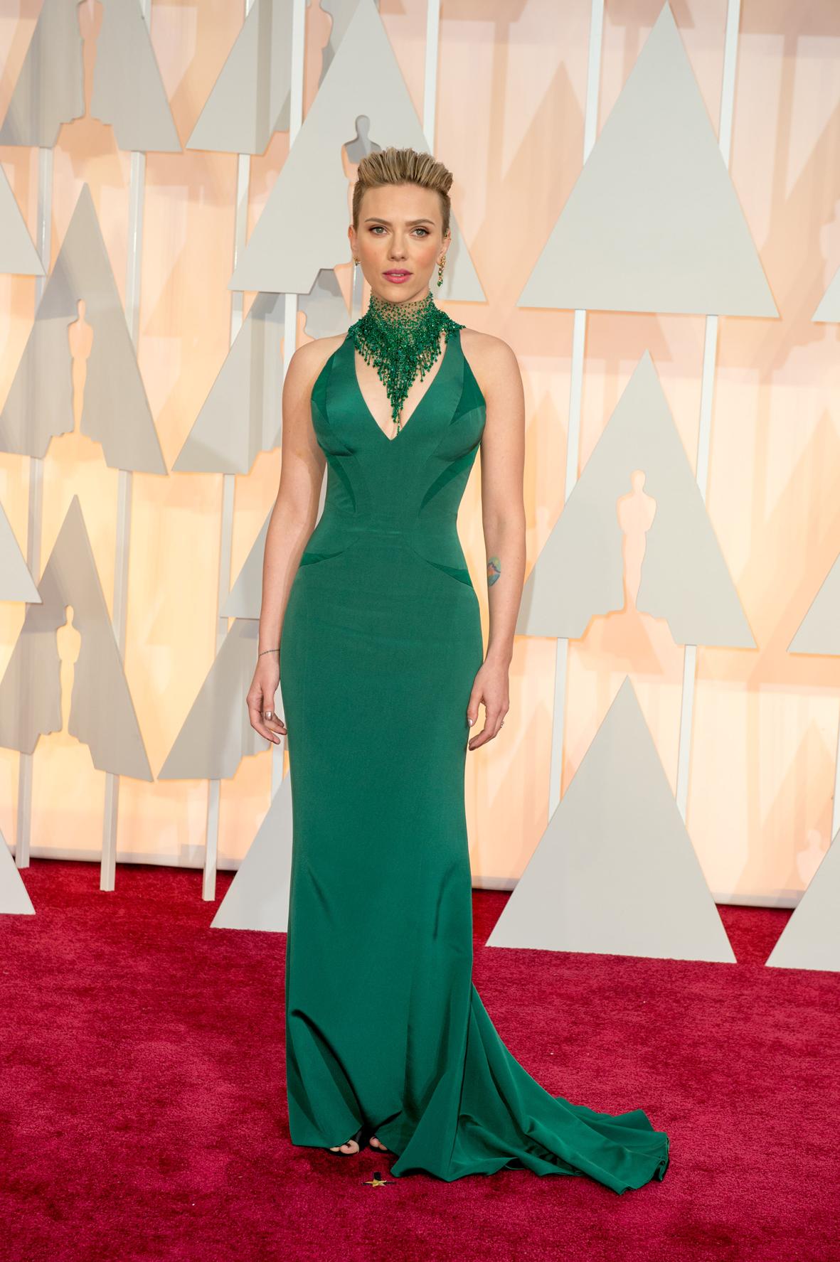 Scarlett Johansson posa en la alfombra roja de los Óscar.