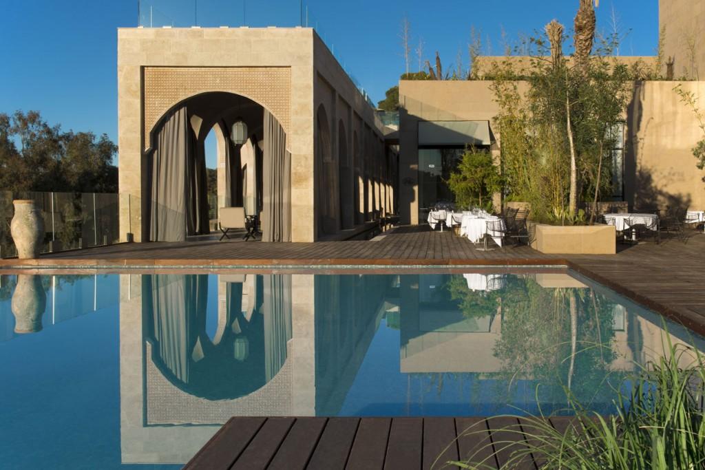 Vista de la piscina exterior del Hotel Sahrai, en Fez (Marruecos).