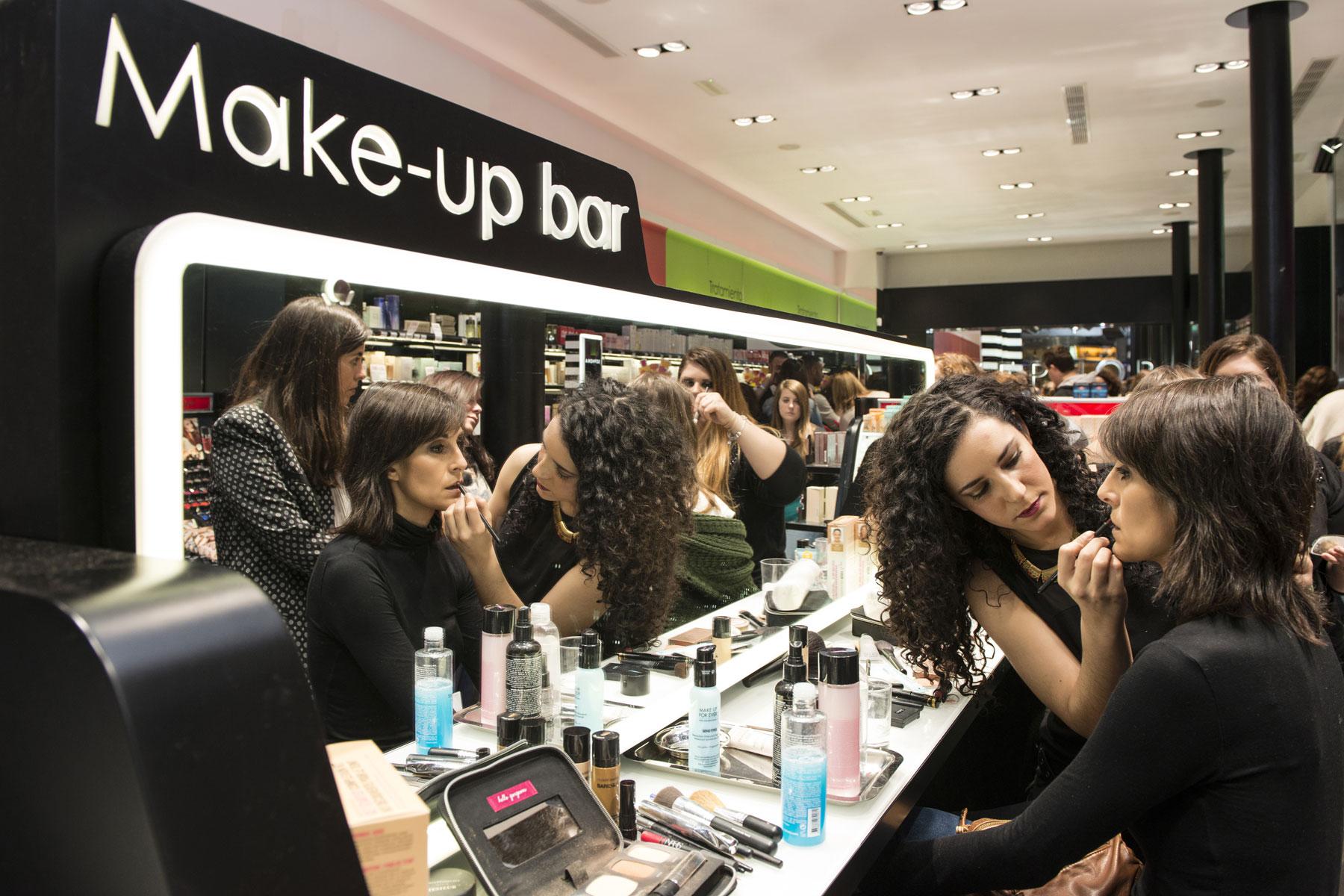 Make-up bar en la fiesta inaugural de Sephora en la calle Tetuán (Sevilla).