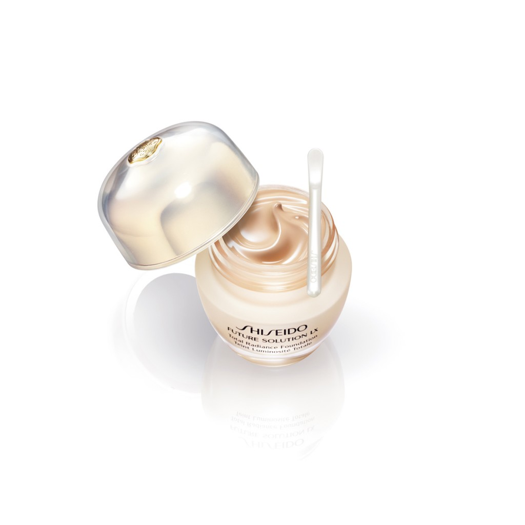 Future Solution LX Total Radiance Foundation, Shiseido.