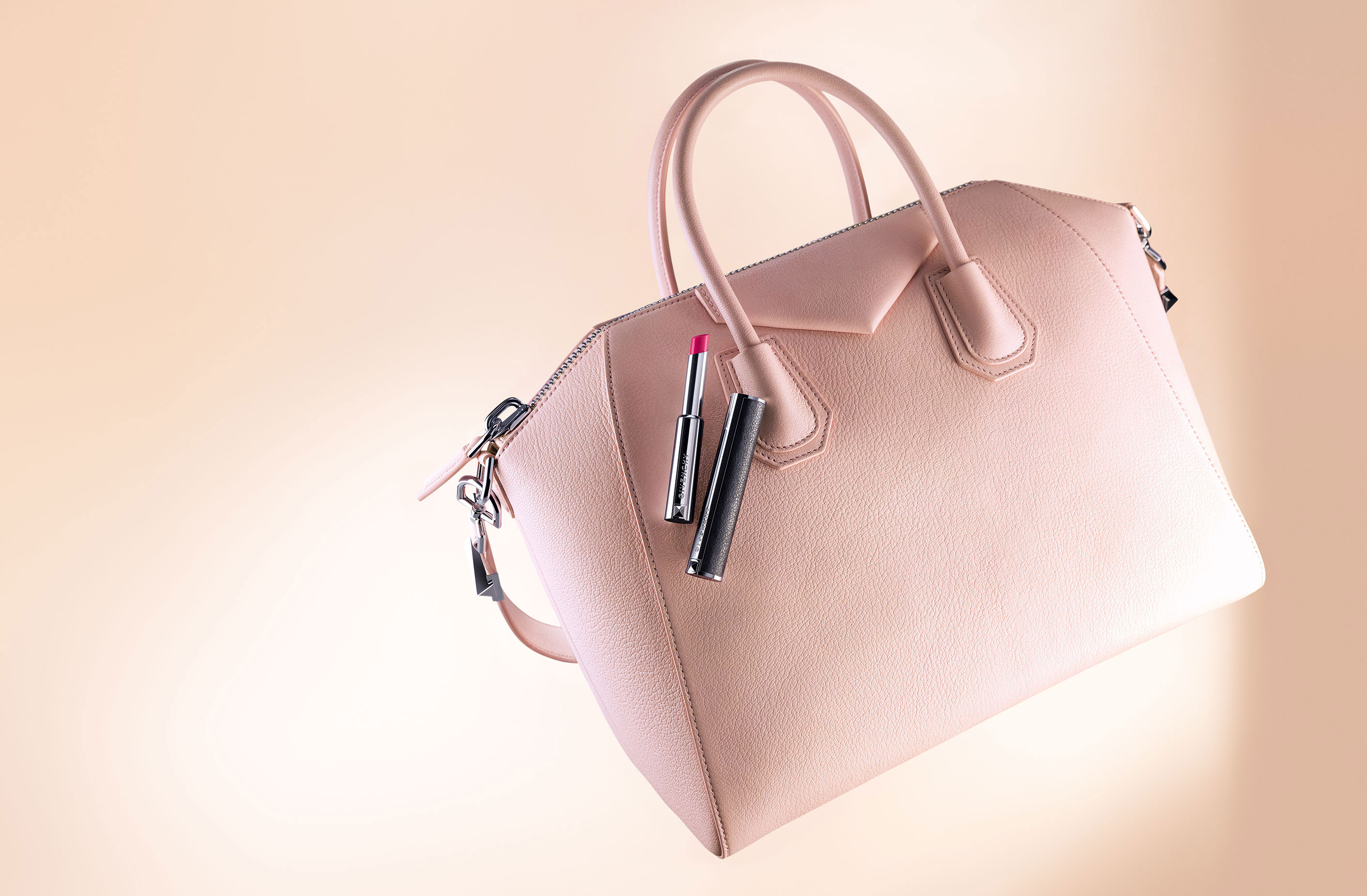 Givenchy Le Rouge-à-Porter, con bolso.