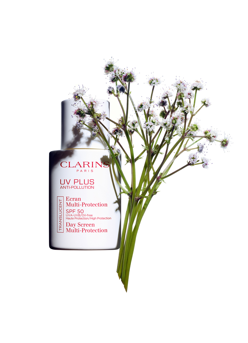 Clarins, UV Plus Anti-Pollution con sanícula. (PVPR 43 €).