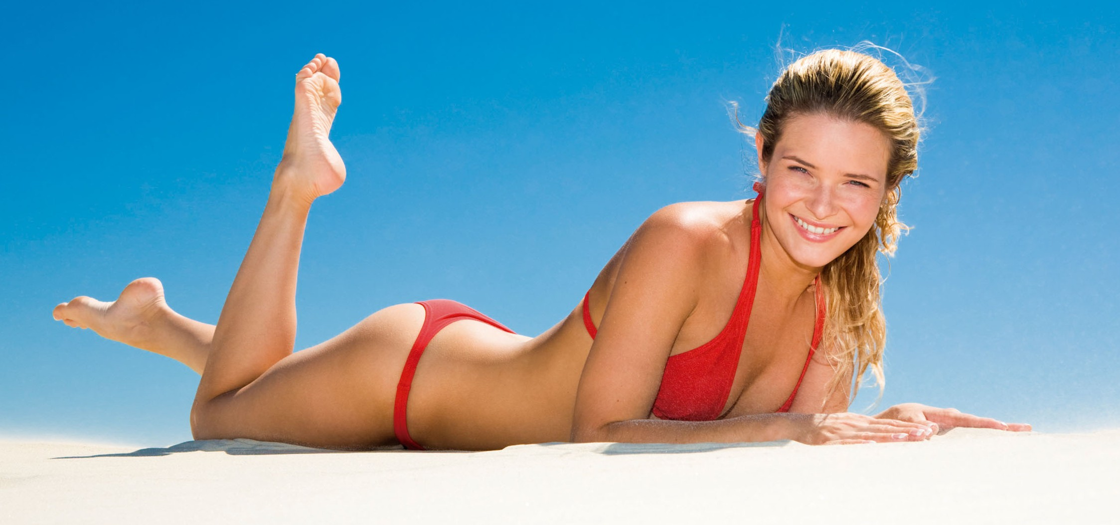 chica tomando sol playa