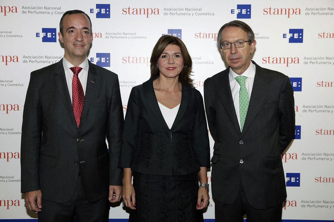La directora general de Stanpa, Val Díez, flanqueada por el Secretario de Estado de Seguridad, Francisco Martínez, y el presidente de EFE, José Antonio Vera.