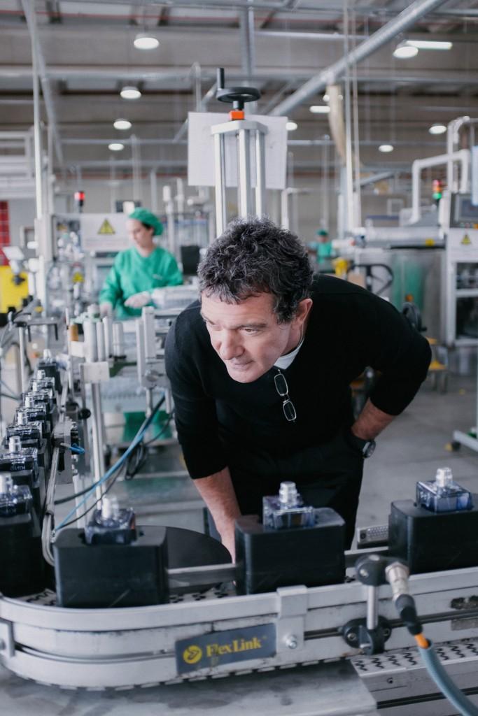 Antonio Banderas visitando la fábrica de Puig en Alcalá de Henares.