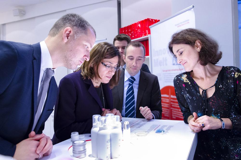 May Shana'a, vicepresidenta senior de I+D en Beiersdorf (con gafas) visitando la primera
