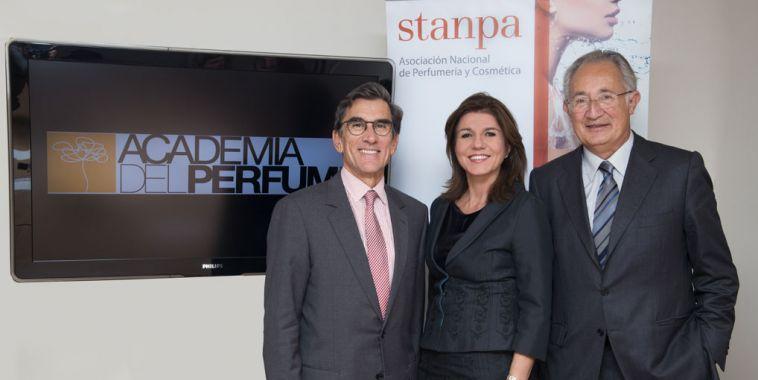 Juan Pedro Abeniacar, presidente de la Academia del Perfume, Val Díez, directora general de Stanpa y Esteban Rodés, presidente de Stanpa.