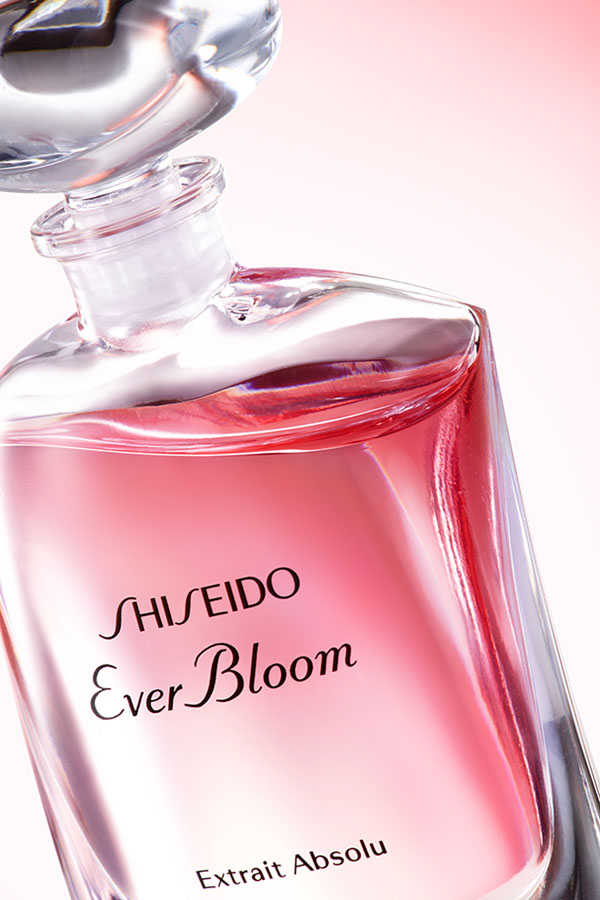 Shiseido Ever Bloom Extrait Absolu, escorzo.