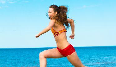 chica corriendo por la playa