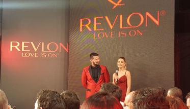 Miquel García, director creativo global de Revlon, con Amaia Salamanca, embajadora local de la marca.