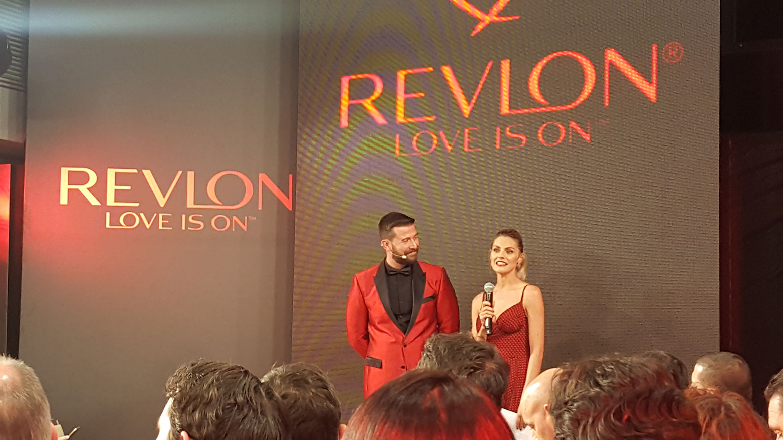 Miquel García, director creativo global de Revlon, con Amaia Salamanca, embajadora local de la marca.