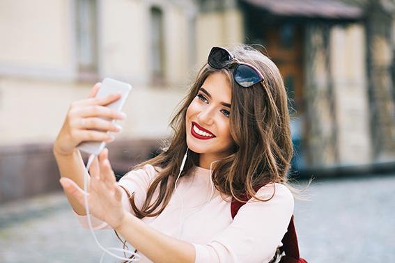 Chica haciéndose un selfie en la ciudad