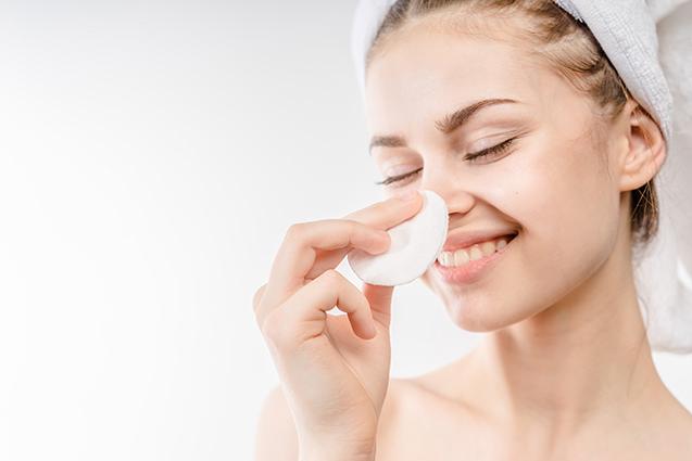Limpieza facial con algodón