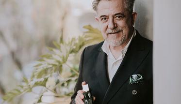 Petro Valverde con su perfume Haute Couture.