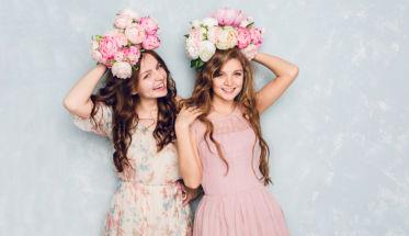 Chicas con flores en el pelo. 10 errores que estropean tu cabello
