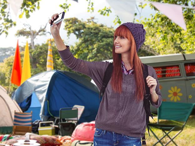 chica haciéndose un selfie en una acampada