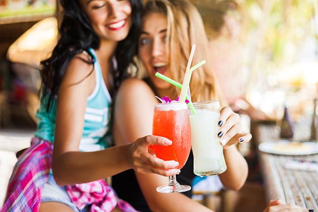 chicas brindando con cócteles en verano