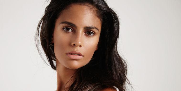 Mujer con rostro bronceado