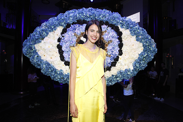 Fiesta Kenzo World: Margaret Qualley embajadora del perfume