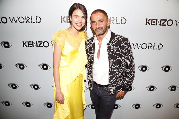 Francis Kurkdjian, perfumista de Kenzo World, y Margaret Qualley, actriz y modelo