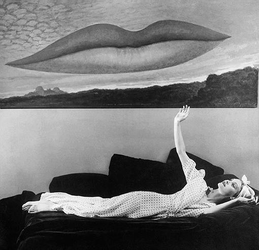 Femme allongÈe sous le tableau de Man Ray