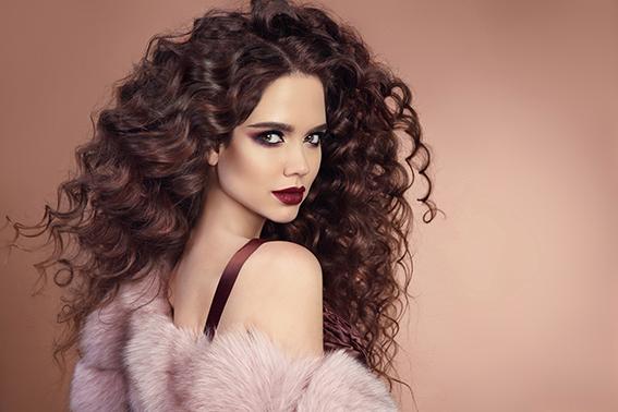 Chica con cabello rizado