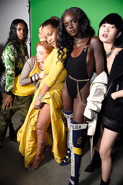 Rihanna posa con su troupe para la campaña de Fenty Beauty.