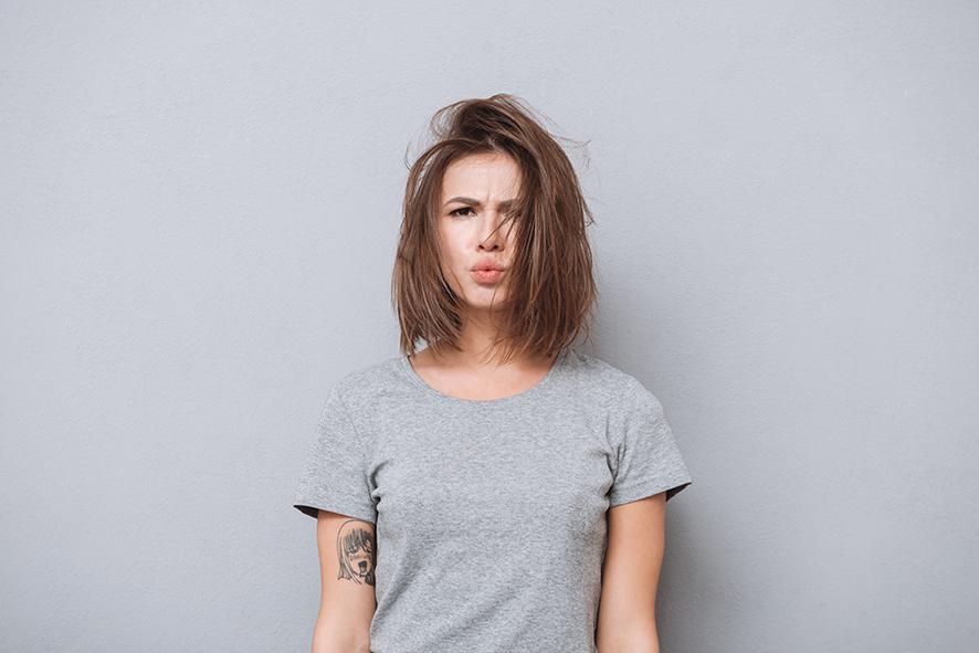 Chica melena revuelta: para el tema Los peligros del co washing, no poo y con lavarse el cabello solo con agua