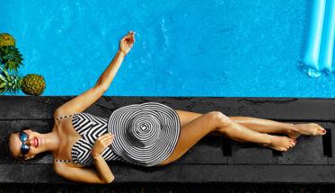Selección 10 fragancias frescas para verano. Mujer al borde de la piscina.
