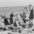 Disfruta del perfume en verano. En la imagen: grupo de mujeres y hombre posando en trajes de baño vintage