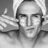 Hombre poniéndose crema en la cara. Fundación Stanpa