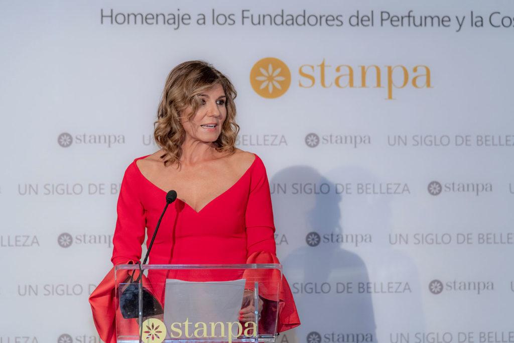 La directora de Stanpa, Val Díez, en el homenaje a los fundadores del perfume y la cosmética.