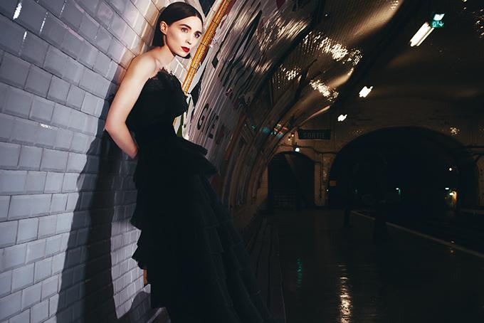 Actriz Rooney Mara posando en el visual de Givenchy L'Interdit