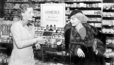 Mujer comprando maquillaje vintage: foto para ilustrar 10 productos de belleza low cost.