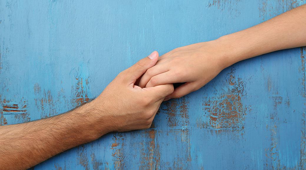 manos enlazadas cremas de manos