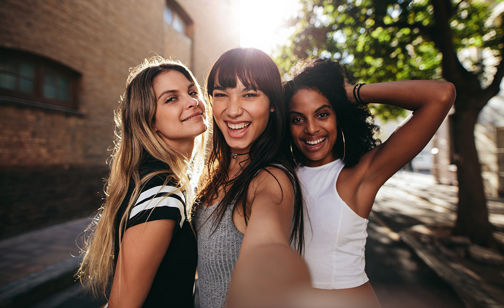Champú sin sulfatos: chicas posando para un selfie con bonita melena