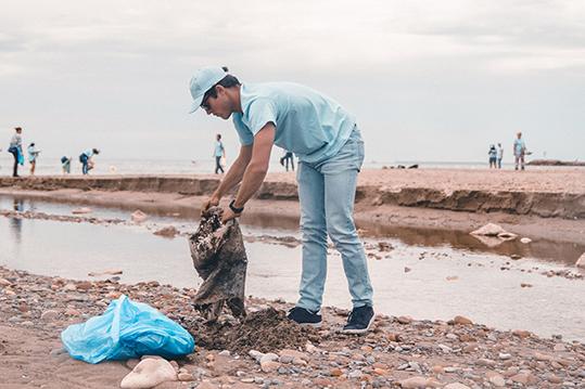 P&G reciclaje de plástico en una playa