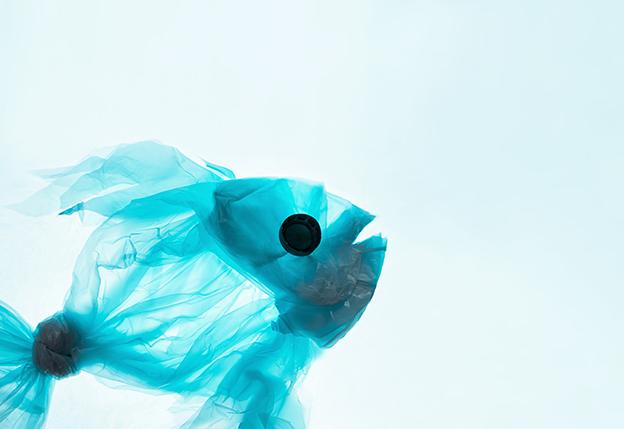 Pez hecho con una bolsa de plástico