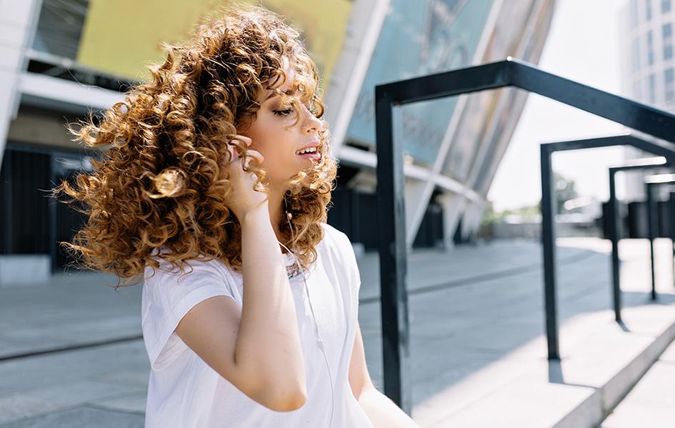 Chica pelo rizado, rizos definidos y sin encrespamiento. Curly girl.