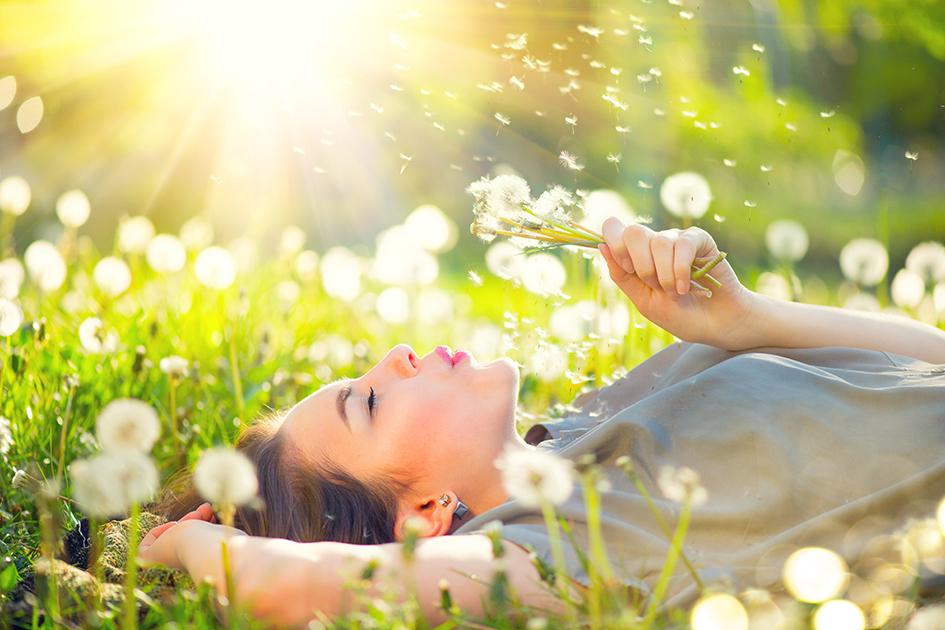 Mujer tumbada en el campo bajo el sol