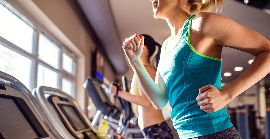 Desodorantes sin sales de aluminio. En la imagen, mujeres haciendo deporte en un gimnasio.