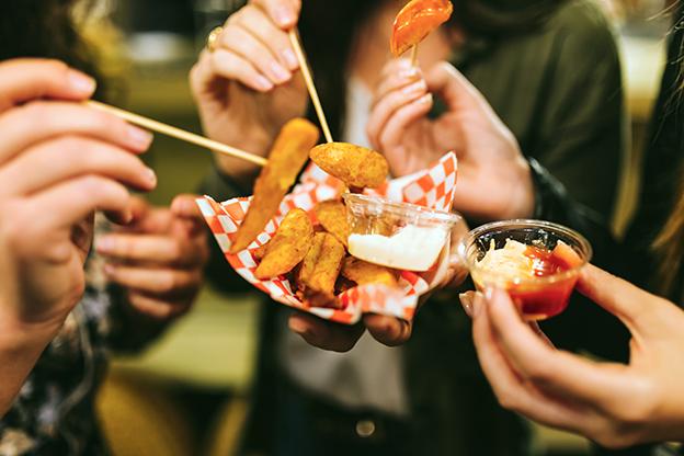 Patatas fritas y salsas para dippers
