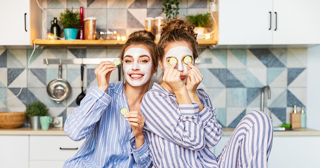 Dos chicas con mascarilla facial y rodajas de pepino para los ojos para ilustrar artículo sobre quimiofobia