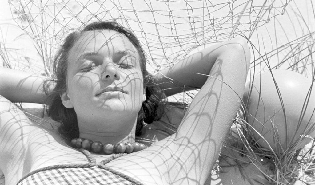 mujer tumbada al sol, post elige un protector solar eficaz