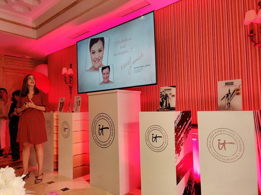 Marta Chiner, responsable de marketing de IT Cosmetics, presentando el origen de la marca.