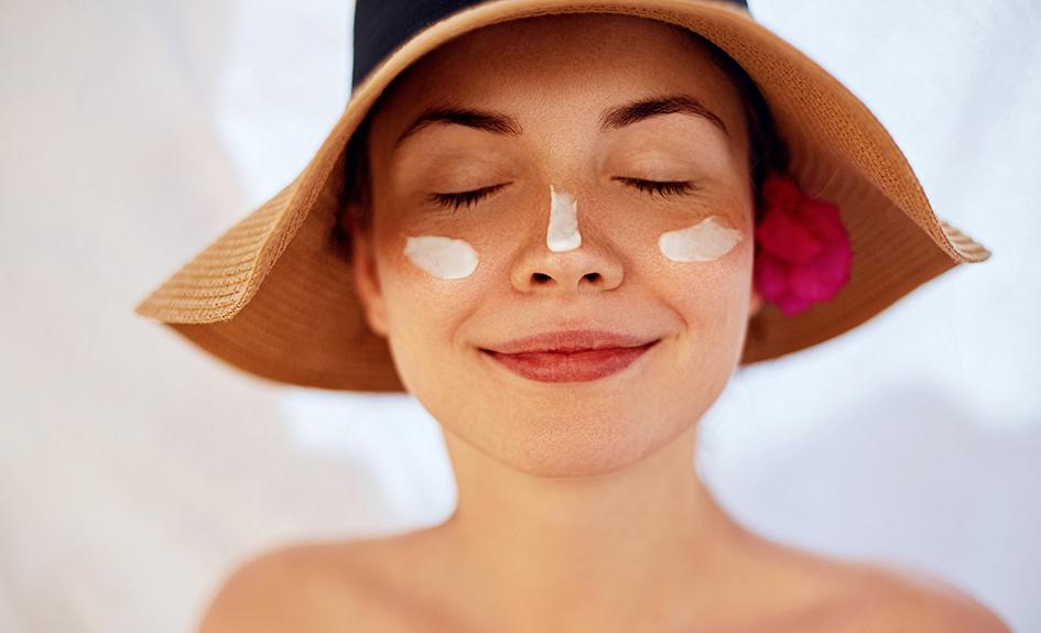 Chica con crema solar en la cara